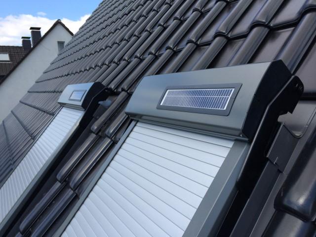 Abbildung 1 für Dachfensterrollladen ATIX® SOLAR für VELUX® Dachfenster inkl. Solarpaket